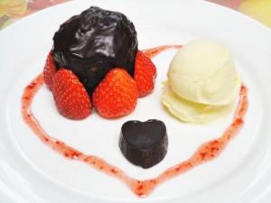 チョコレートケーキといちご盛り合わせ